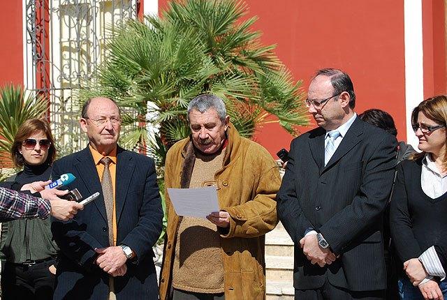 Concentración silenciosa en la puerta del Ayuntamiento de Alhama de Murcia por las victimas del terrorismo (11 marzo), Foto 1