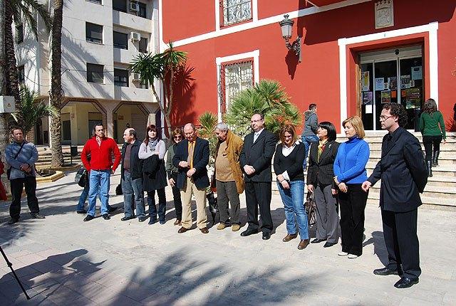 Concentración silenciosa en la puerta del Ayuntamiento de Alhama de Murcia por las victimas del terrorismo (11 marzo), Foto 2