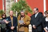 Concentraci�n silenciosa en la puerta del Ayuntamiento de Alhama de Murcia por las victimas del terrorismo (11 marzo)