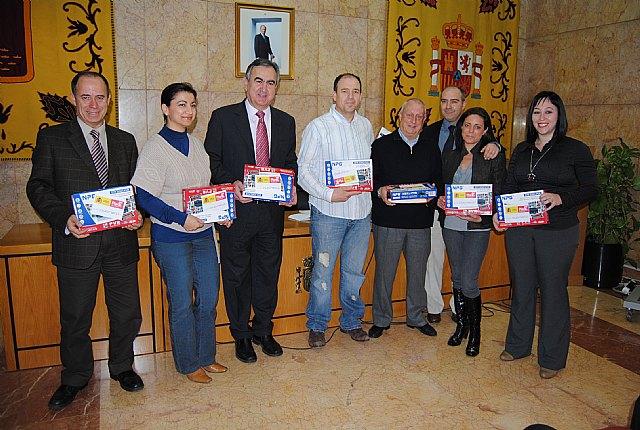 El delegado del Gobierno en Murcia entrega decodificadores de TDT a ancianos de 3 residencias de la Región, Foto 1