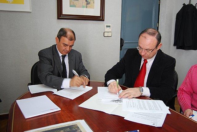 El Ayuntamiento de Alhama de Murcia y UCOMUR se unen para mejorar y promover el empleo, Foto 1