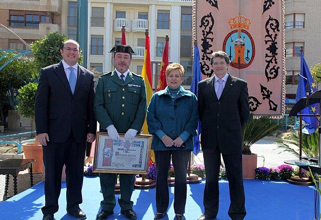 El Sargento de la Guardia Civil recibe un diploma como reconocimiento a su labor durante la celebración del Patrón de la Policía Local de Lorca - 1, Foto 1