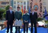 El Sargento de la Guardia Civil recibe un diploma como reconocimiento a su labor durante la celebración del Patrón de la Policía Local de Lorca