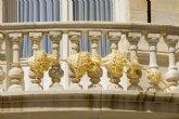 El Palacio Consistorial luce una palma típica de Elche