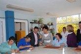El consejero de Política Social entrega un televisor al centro de día de la Fundación Martínez Cánovas de La Unión