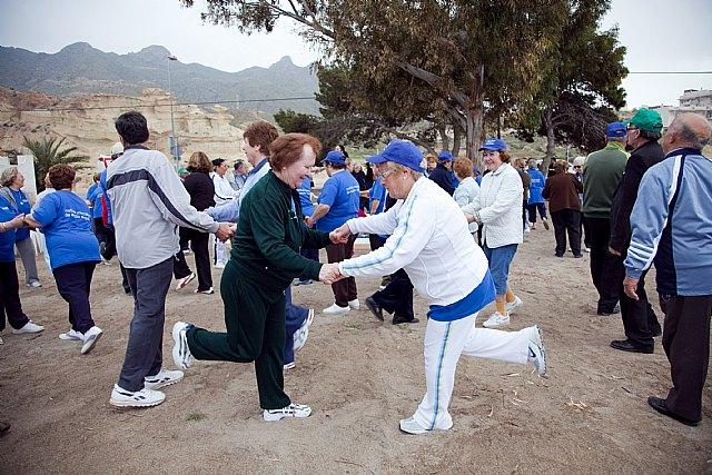 Los mayores practican senderismo y gerontogimnasia en Puerto de Mazarrón, Foto 1