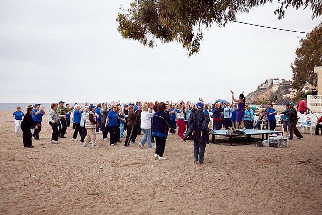 Los mayores practican senderismo y gerontogimnasia en Puerto de Mazarrón, Foto 2