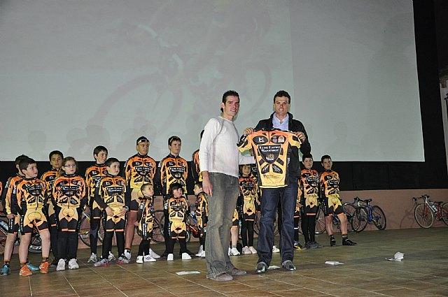 El ciclista muleño Luis León Sánchez preside la presentación de la Escuela de Ciclismo Sun&Racing Mula - 1, Foto 1
