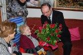 El alcalde visita a una vecina de la localidad para felicitarla por su 101 cumpleaños