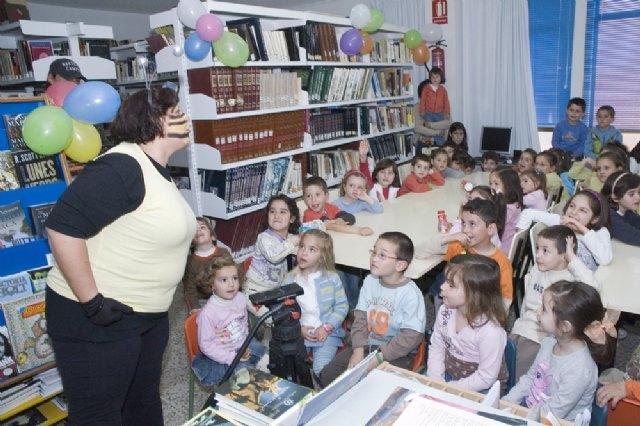 Los niños y niñas mazarroneros, más cerca de la igualdad con cuentacuentos, Foto 1