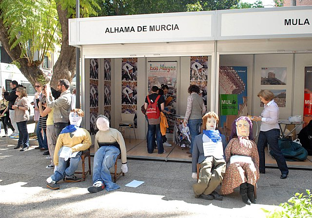 Las fiestas de la Facultad de Letras comienzan con un mercadillo solidario y los tambores de Mula - 1, Foto 1
