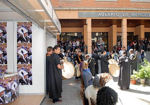 Las fiestas de la Facultad de Letras comienzan con un mercadillo solidario y los tambores de Mula - 3, Foto 3