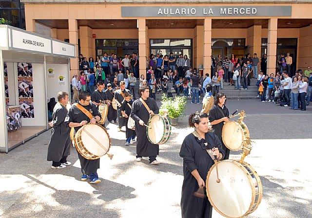 Las fiestas de la Facultad de Letras comienzan con un mercadillo solidario y los tambores de Mula - 4, Foto 4