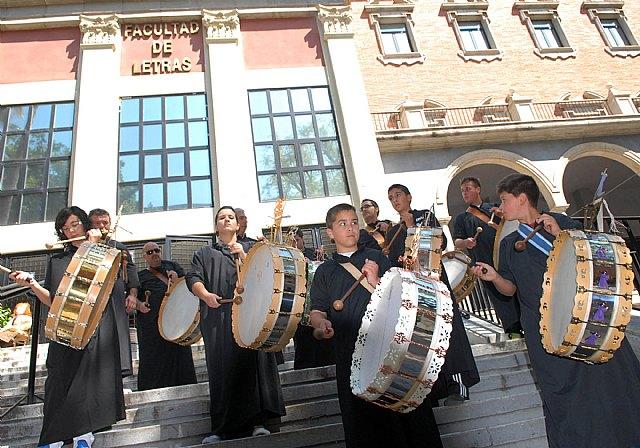 Las fiestas de la Facultad de Letras comienzan con un mercadillo solidario y los tambores de Mula - 5, Foto 5