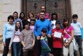 El alcalde recibe en el ayuntamiento a un grupo de niños que forman parte del Movimiento Junior