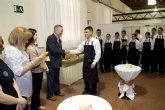 Los alumnos de los Cursos de Camarero para inmigrantes y Recepcionista de hotel, con sus diplomas