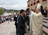 Cámara participa en la ofrenda floral y recibe la Santísima y Vera Cruz en una ceremonia celebrada en la explanada de la Basílica