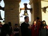 Los usuarios del proyecto Integración socioeducativa de menores y jóvenes visitan la torre de la Iglesia de Santiago