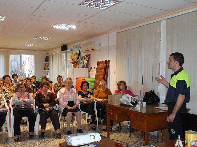 Voluntarios de Protecci�n Civil y del Servicio de Emergencias Sanitario de Totana imparten una charla a las usuarias de la asociaci�n de Amas de Casa de las Tres Avemar�as, Foto 1