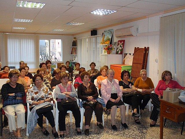 Voluntarios de Protecci�n Civil y del Servicio de Emergencias Sanitario de Totana imparten una charla a las usuarias de la asociaci�n de Amas de Casa de las Tres Avemar�as, Foto 2