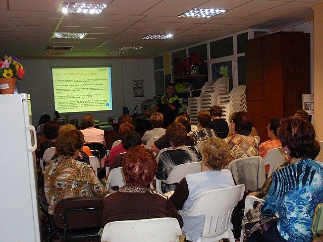 Voluntarios de Protecci�n Civil y del Servicio de Emergencias Sanitario de Totana imparten una charla a las usuarias de la asociaci�n de Amas de Casa de las Tres Avemar�as, Foto 3