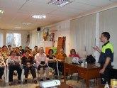 Voluntarios de Protección Civil y del Servicio de Emergencias Sanitario de Totana imparten una charla a las usuarias de la asociación de Amas de Casa de las Tres Avemarías