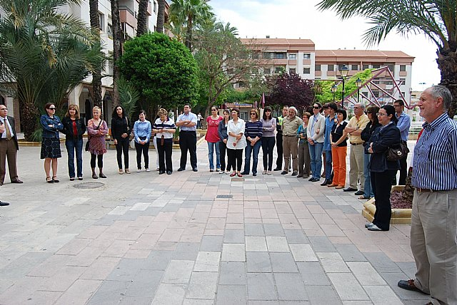 El Ayuntamiento de Alhama realiza una concentración silenciosa en repulsa de la última víctima de la violencia de género, Foto 1