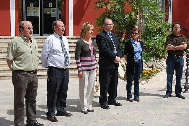 El Ayuntamiento de Alhama realiza una concentración silenciosa en repulsa de la última víctima de la violencia de género, Foto 2