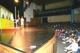 Los escolares de Alcantarilla conocen las ventajas del transporte público a través de la obra de teatro 'El autobús'