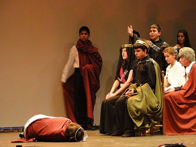 El IES Prado Mayor de Totana asiste a la muestra de teatro escolar en Caravaca, Foto 1
