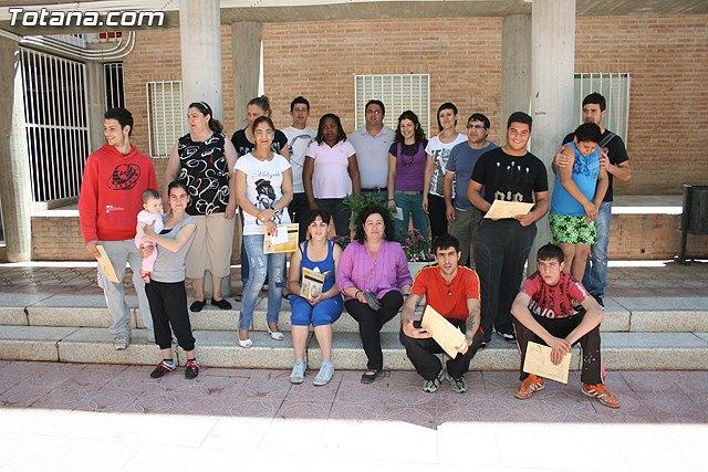 El concejal de Bienestar Social entrega los diplomas a las personas que se han formado en los talleres de pintura y alfabetizaci�n, Foto 1