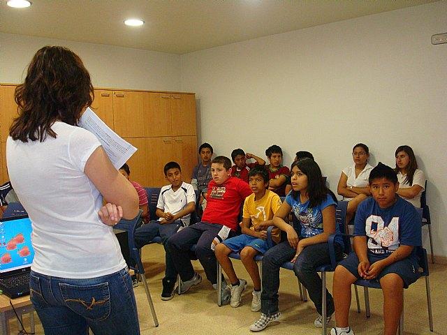 Los j�venes participantes en el proyecto de integraci�n socioeducativa reciben nociones b�sicas en materia de prevenci�n de drogodependencias, Foto 1