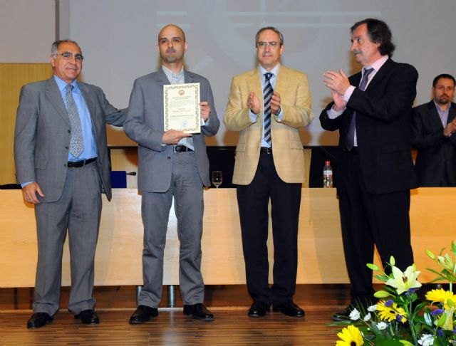 Empresas de TIC entregaron sus premios durante la imposición de becas de la Facultad de Informática - 1, Foto 1