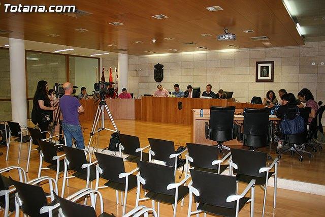 El ayuntamiento muestra su rechazo a las medidas adoptadas por el Gobierno de la Naci�n que supongan recortes de las prestaciones y derechos sociales, entre otras, Foto 1