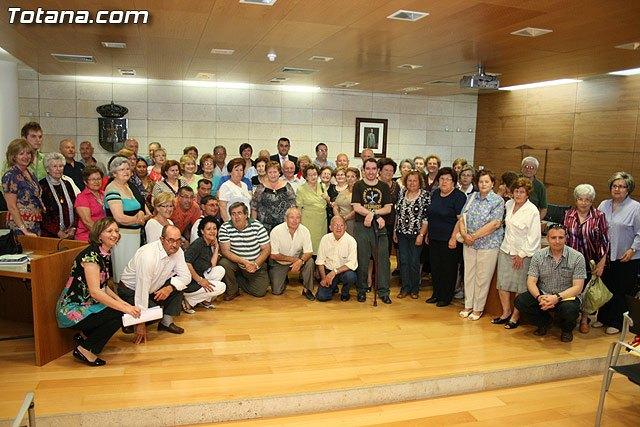 Más de 200 usuarios del Centro Municipal de Personas Mayores de la localidad reciben los diplomas, Foto 1