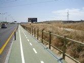La Concejalía de Medio Ambiente instala una valla de madera para incrementar la seguridad de los ciclistas en la Costera Norte