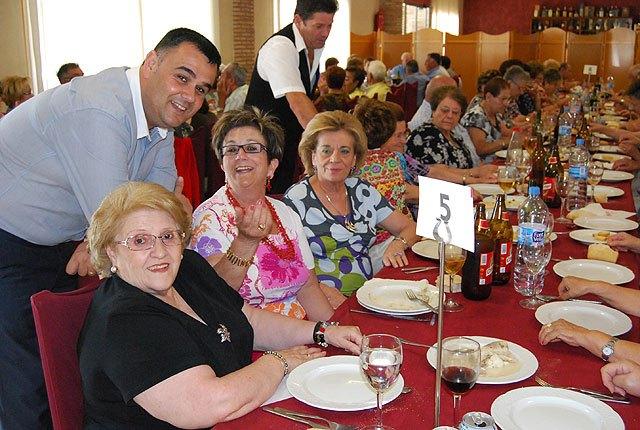 Cerca de 400 socios y usuarios de los Centros de Personas Mayores celebran una comida de convivencia, Foto 1