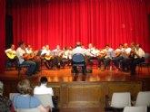 Un total de 30 alumnos del taller de guitarra de la Universidad Popular ofrecen una audición musical