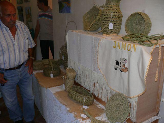 Inaugurada la I muestra de los trabajos realizados por alumnos de talleres de artesanía - 1, Foto 1