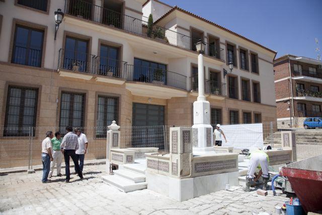 El ayuntamiento restaura la fuente de la Plaza Ramón y Cajal, Foto 1