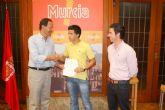 El Alcalde entrega el bono número 700 al joven murciano que podrá examinarse del carné teórico de conducir gratis