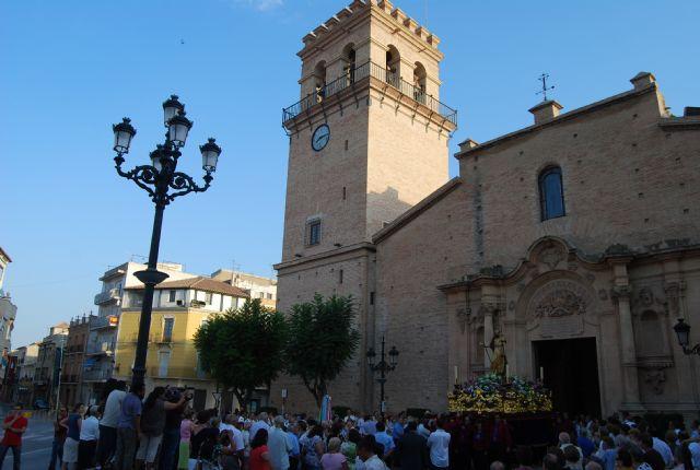 Cientos de personas acompañan a la imagen del patrón de Totana, Santiago Apóstol, en una solemne procesión, Foto 1