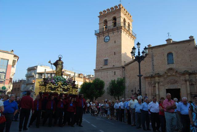 Cientos de personas acompañan a la imagen del patrón de Totana, Santiago Apóstol, en una solemne procesión, Foto 3