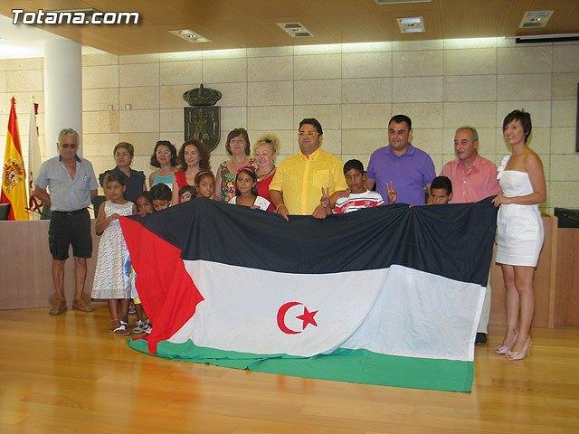 Autoridades municipales reciben a los siete niños saharauis y a las familias totaneras que los acogen durante los meses de julio y agosto, Foto 1