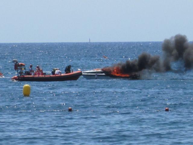 El incendio de un barco de recreo moviliza a cerca de 30 efectivos de los diferentes cuerpos sanitarios y de seguridad de Águilas - 1, Foto 1