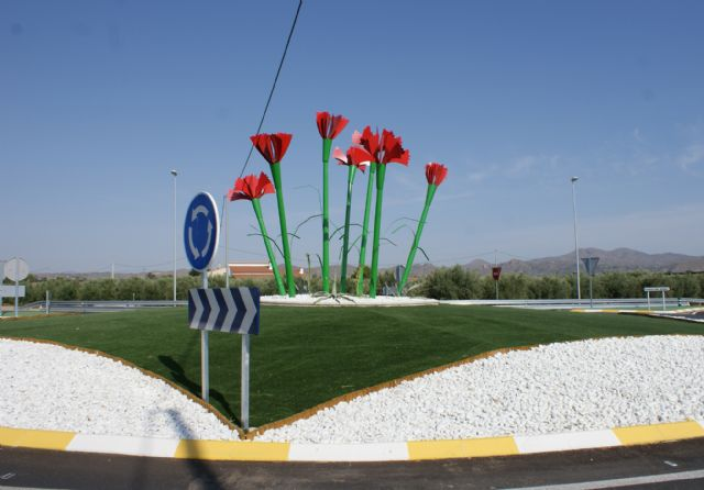 El Pleno Municipal aprueba denominar ´Rotonda de Los Claveles´ a la nueva glorieta que intersecciona el Camino del Armao con la RM D16 - 1, Foto 1