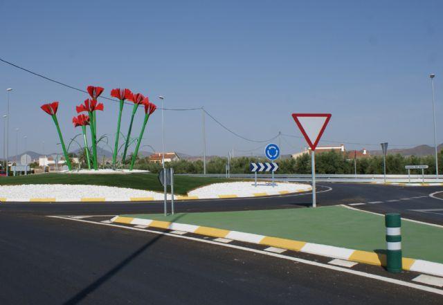 El Pleno Municipal aprueba denominar ´Rotonda de Los Claveles´ a la nueva glorieta que intersecciona el Camino del Armao con la RM D16 - 2, Foto 2