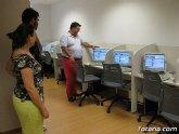 El concejal de Nuevas Tecnologías visita el aula de informática del Centro Social del barrio de San Roque