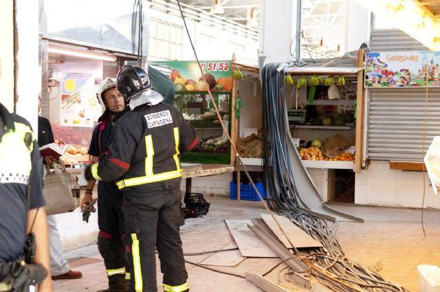 Cerrado el mercado de Santa Florentina por el desprendimiento de una canaleta de cables - 2, Foto 2