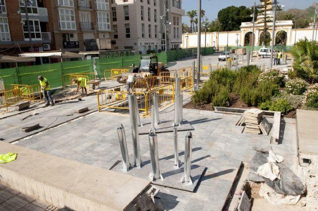 Empiezan a plantar árboles artificiales de la plaza del Rey - 1, Foto 1